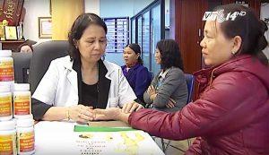 Lương y Nguyễn Quý Thanh đang bắt mạch cho bệnh nhân đến khám tại Trung Tâm!