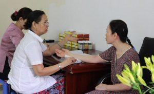 Lương y Nguyễn Quý Thanh bắt mạch