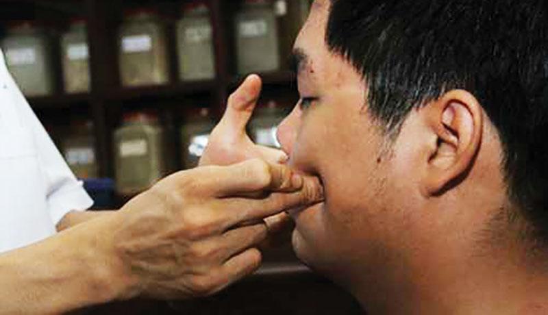 Một số cách bấm huyệt chữa Trúng Phong cấm khẩu!